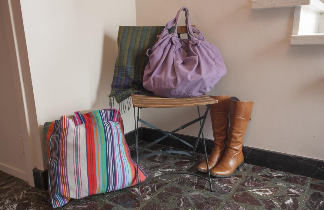 Sacs et bottes dans le hall de la Casa Clara asbl