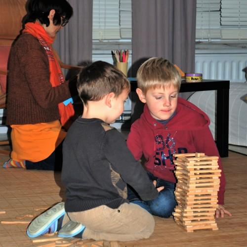 Enfants construisant une tour , Casa Clara asbl